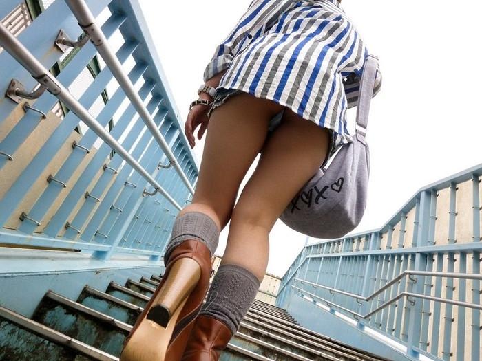 【階段パンチラエロ画像】こんなシチュエーションならパンチラも道理だよなw 01