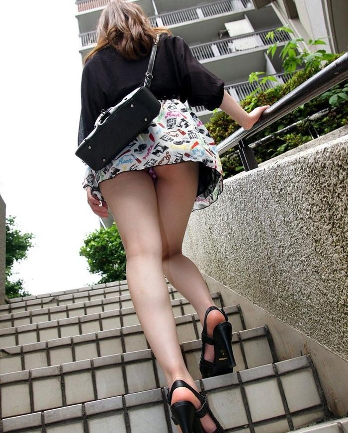 【階段パンチラエロ画像】こんなシチュエーションならパンチラも道理だよなw 04