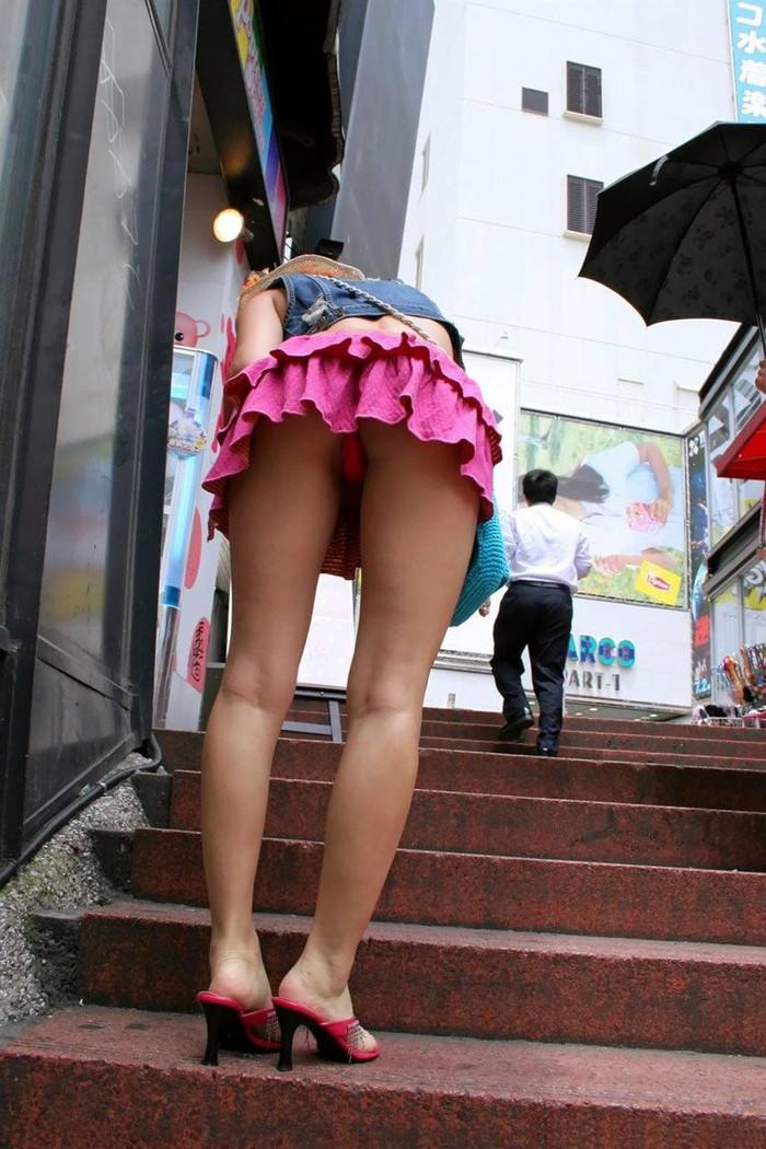 【階段パンチラエロ画像】こんなシチュエーションならパンチラも道理だよなw 05