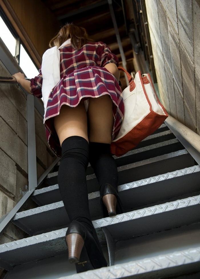 【階段パンチラエロ画像】こんなシチュエーションならパンチラも道理だよなw 06