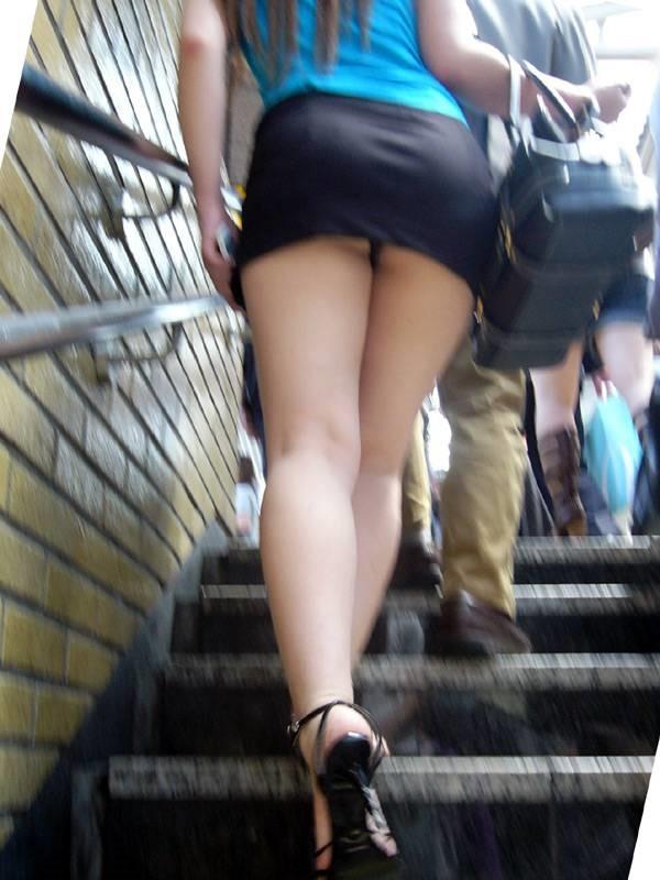 【階段パンチラエロ画像】こんなシチュエーションならパンチラも道理だよなw 07