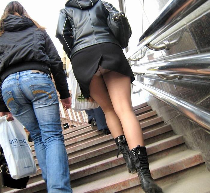 【階段パンチラエロ画像】こんなシチュエーションならパンチラも道理だよなw 13