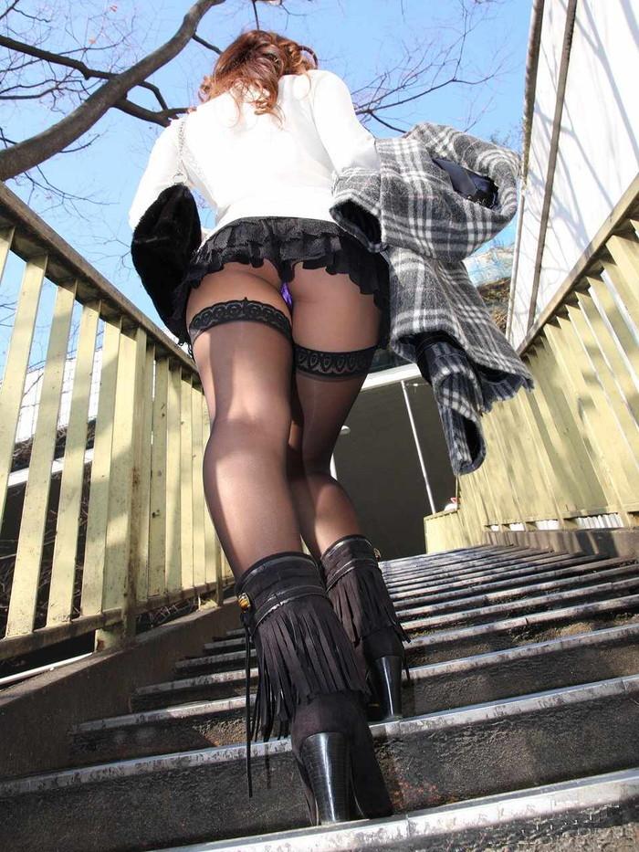 【階段パンチラエロ画像】こんなシチュエーションならパンチラも道理だよなw 18