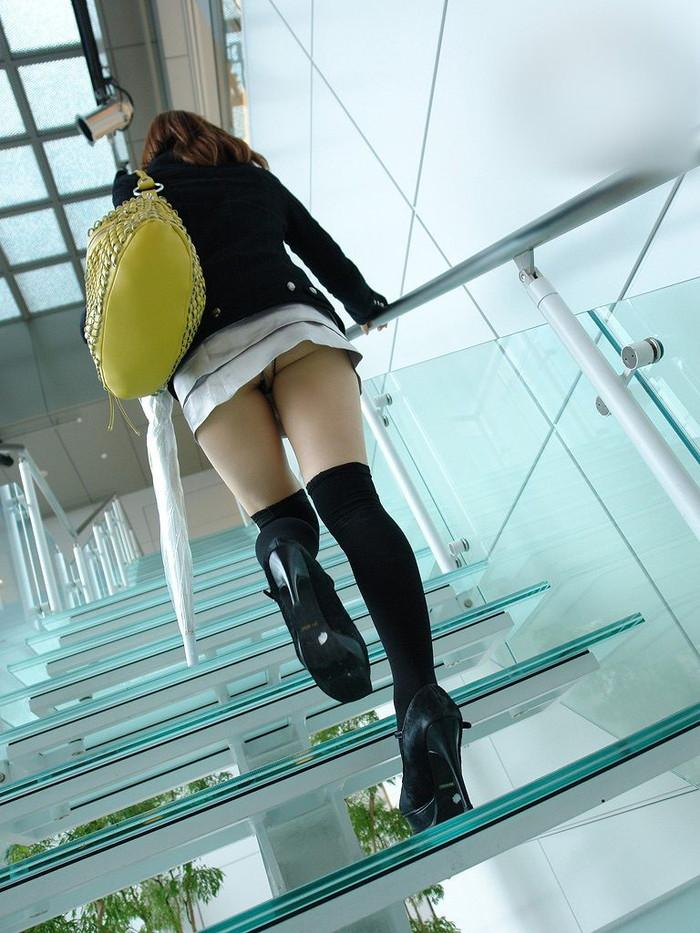 【階段パンチラエロ画像】こんなシチュエーションならパンチラも道理だよなw 19