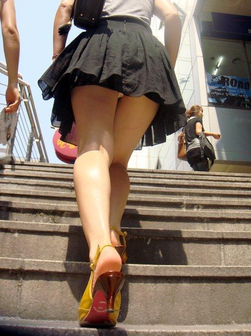 【階段パンチラエロ画像】こんなシチュエーションならパンチラも道理だよなw 21