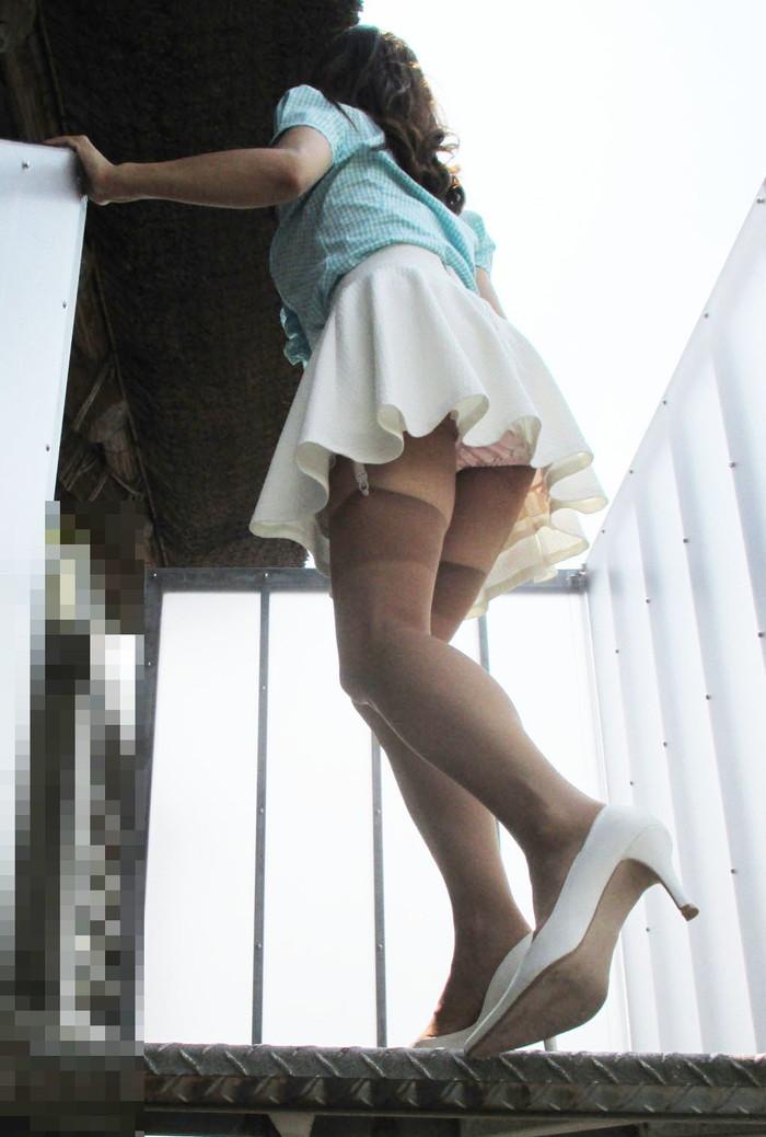 【階段パンチラエロ画像】こんなシチュエーションならパンチラも道理だよなw 22