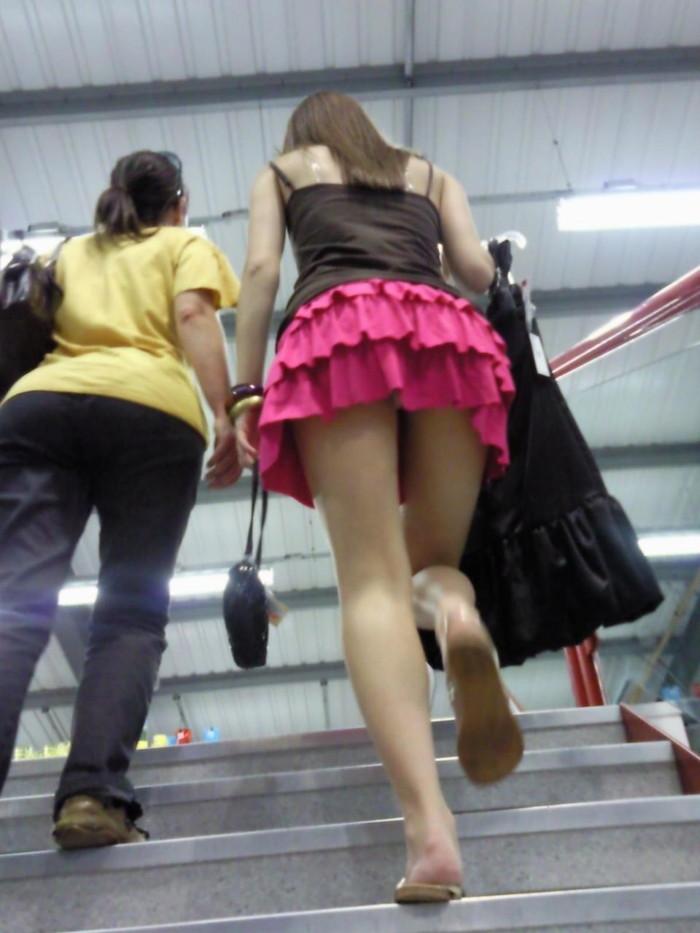【階段パンチラエロ画像】こんなシチュエーションならパンチラも道理だよなw 23