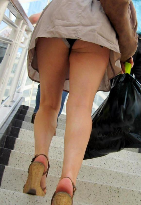 【階段パンチラエロ画像】こんなシチュエーションならパンチラも道理だよなw 26
