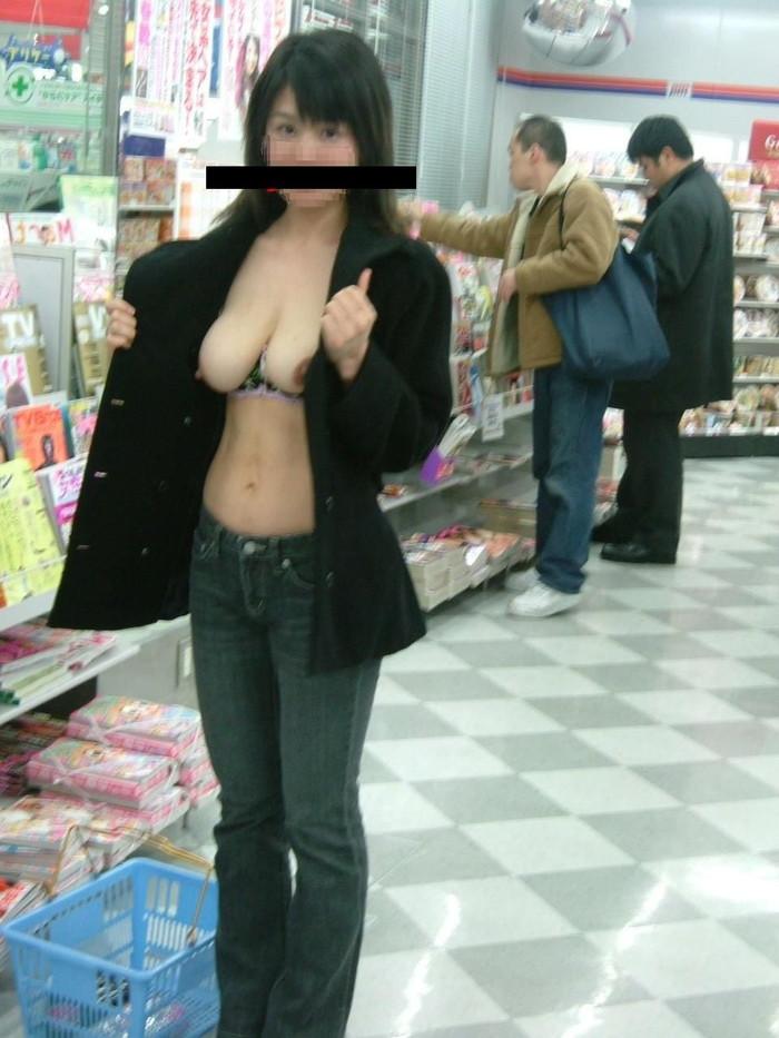 【店内露出エロ画像】正気とは思えない!営業中の店内で大胆露出! 02