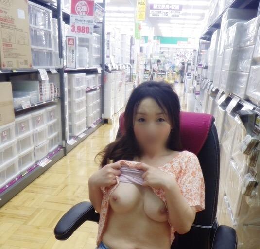 【店内露出エロ画像】正気とは思えない!営業中の店内で大胆露出! 11