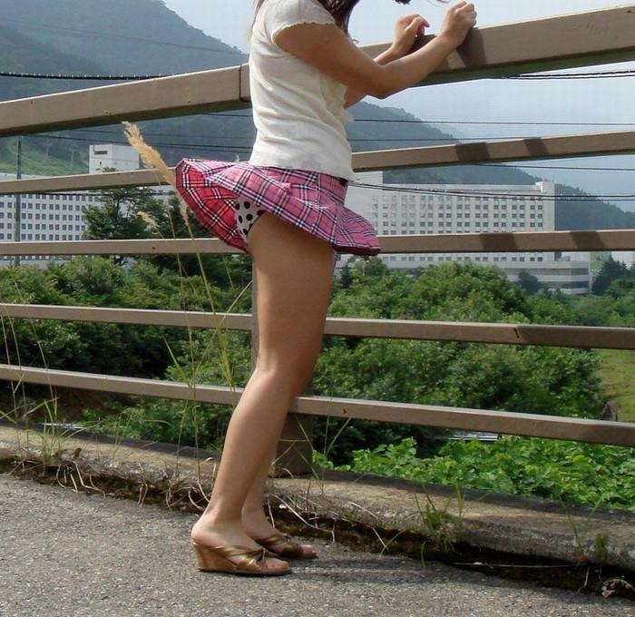 【風パンチラエロ画像】これぞ神風!?ふわっと舞い上がったスカートの中身を狙い撃ち! 02