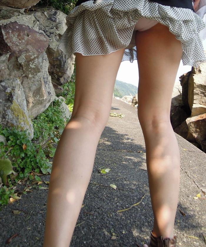 【風パンチラエロ画像】これぞ神風!?ふわっと舞い上がったスカートの中身を狙い撃ち! 07