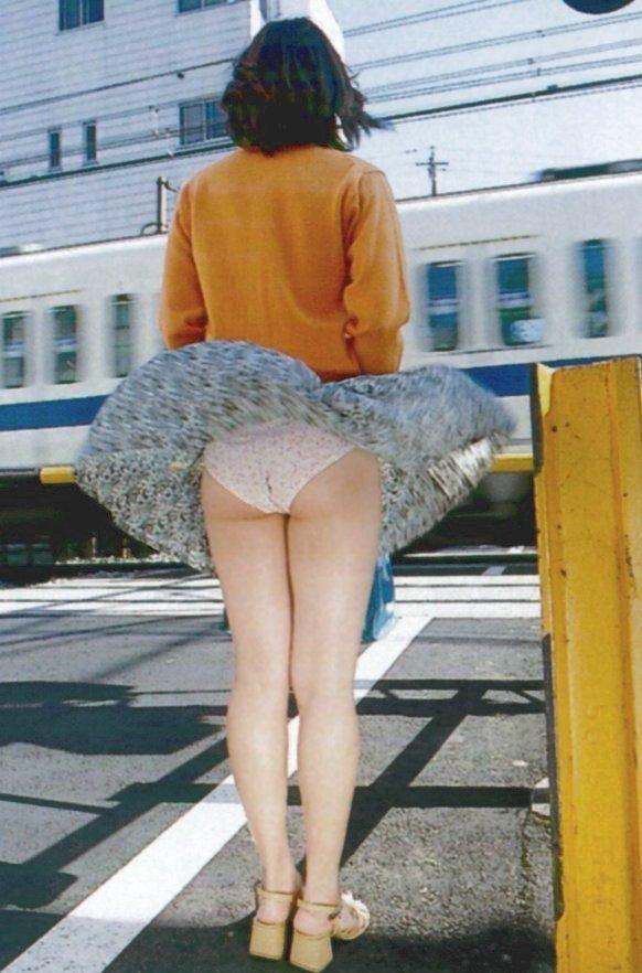 【風パンチラエロ画像】これぞ神風!?ふわっと舞い上がったスカートの中身を狙い撃ち! 14