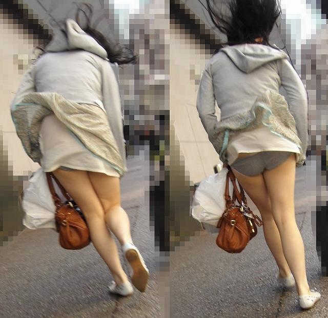 【風パンチラエロ画像】これぞ神風!?ふわっと舞い上がったスカートの中身を狙い撃ち! 16
