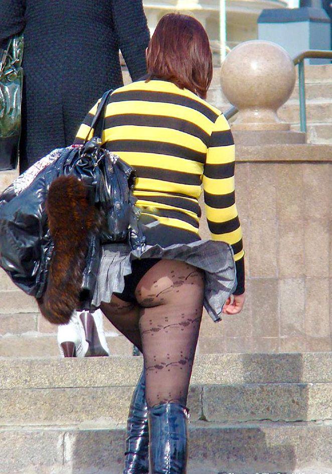 【風パンチラエロ画像】これぞ神風!?ふわっと舞い上がったスカートの中身を狙い撃ち! 25