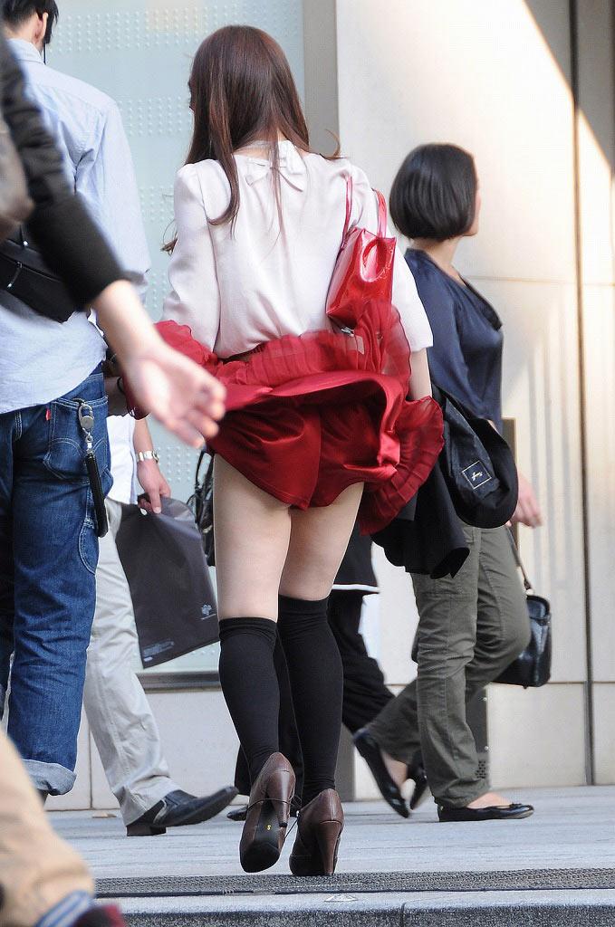 【風パンチラエロ画像】これぞ神風!?ふわっと舞い上がったスカートの中身を狙い撃ち! 28