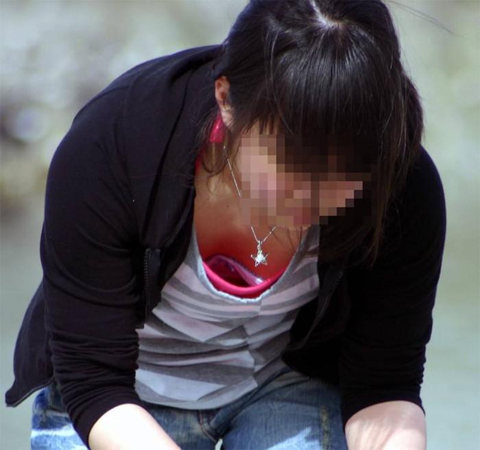 【胸チラエロ画像】油断した瞬間、ゆるんだ胸元を激写した胸チラ画像! 11