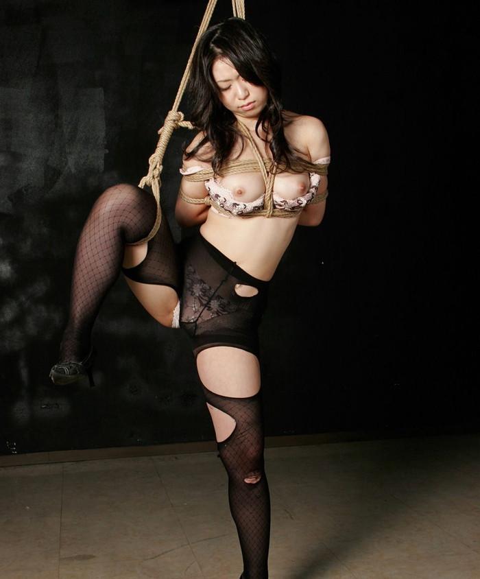 【SM緊縛エロ画像】こんな姿の女見たら、イタズラしたくなるのも当然www 04