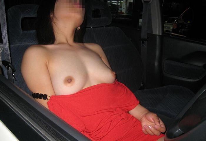 窓越しに丸見えな車内露出エロ画像