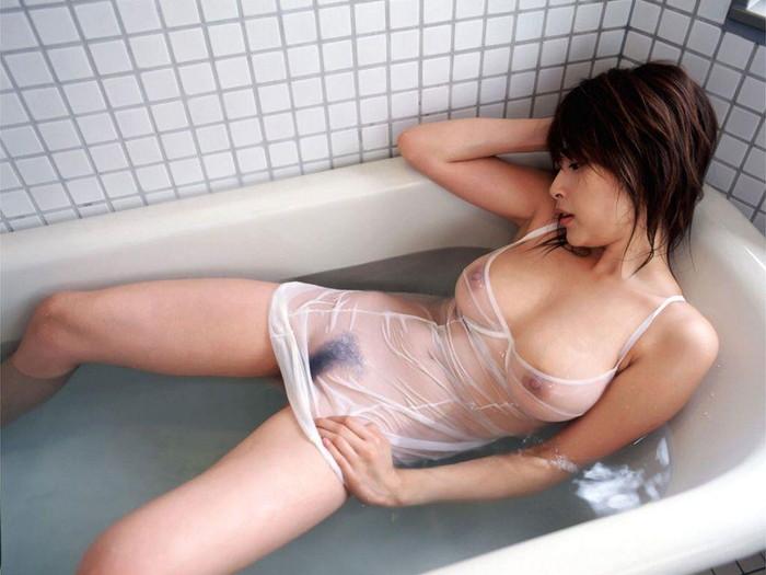 【濡れ透けエロ画像】濡れた透けた着衣はここまで見える!?スケスケ着衣特集!