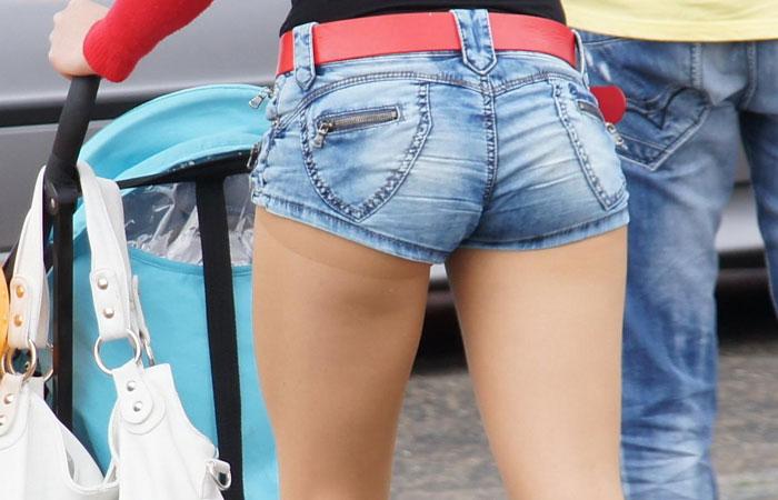 【ホットパンツエロ画像】ホットパンツを着用して街中を歩く素人娘に勃起したw