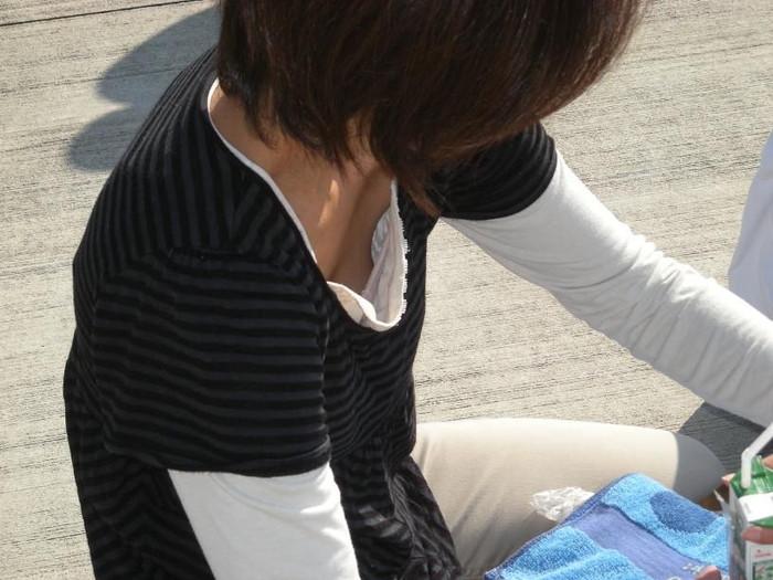 【胸チラエロ画像】素人娘たちの胸チラねらって撮影した結果、思いのほかエロかった! 04