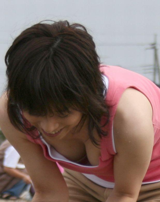 【胸チラエロ画像】素人娘たちの胸チラねらって撮影した結果、思いのほかエロかった! 16