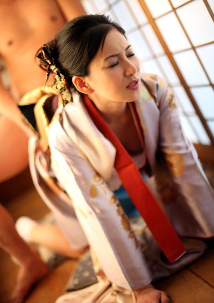 【和服エロ画像】乱れた和服姿にフル勃起!和服美人たちの艶かしいエロ画像 06
