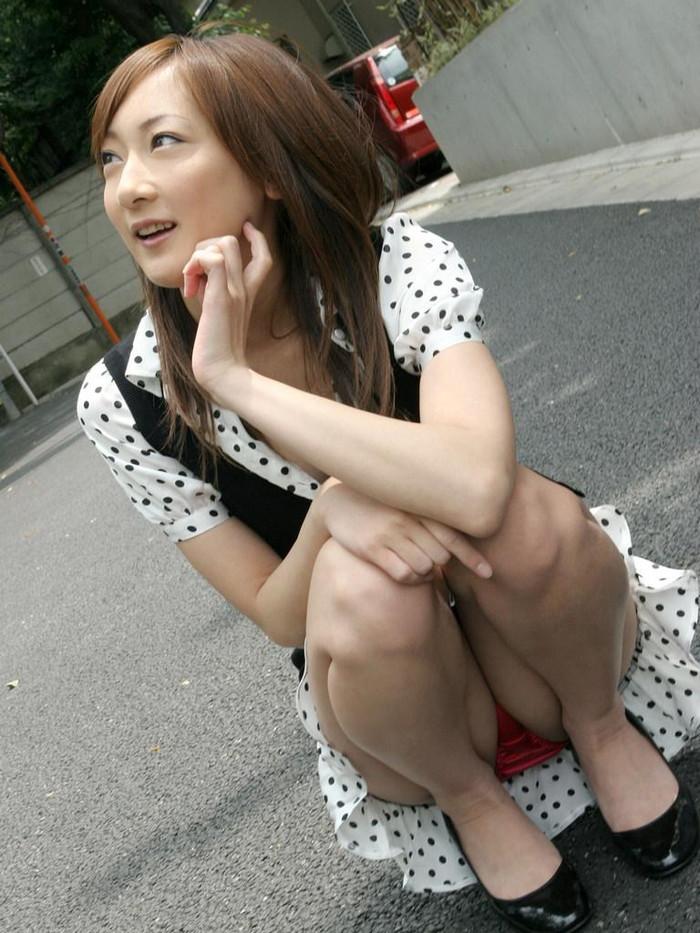 【しゃがみ込みパンチラエロ画像】しゃがみ込んだ女の子の股間がぷっくりエロい!w 13