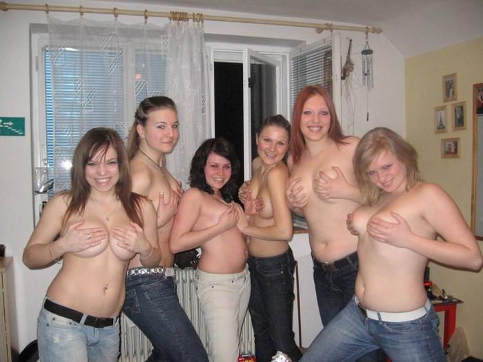 【海外悪ノリエロ画像】海外の女の子たちだって群れればこんなに大胆に!?ww 14