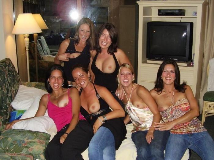 【海外悪ノリエロ画像】海外の女の子たちだって群れればこんなに大胆に!?ww 16