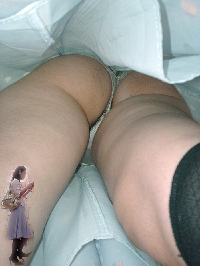 【ハミ毛パンチラエロ画像】直下から股間をズームしたパンチラ狙ったらハミ毛してたw 09