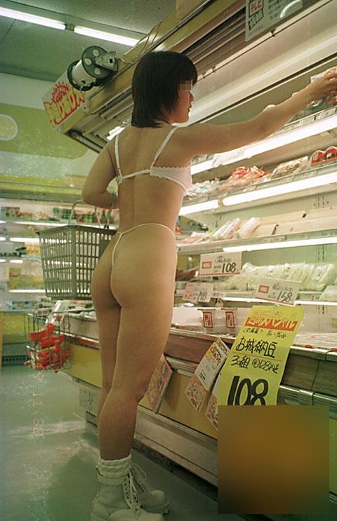 【店内露出プレイエロ画像】営業中の店内で露出プレイとか正気とは思えないww 02