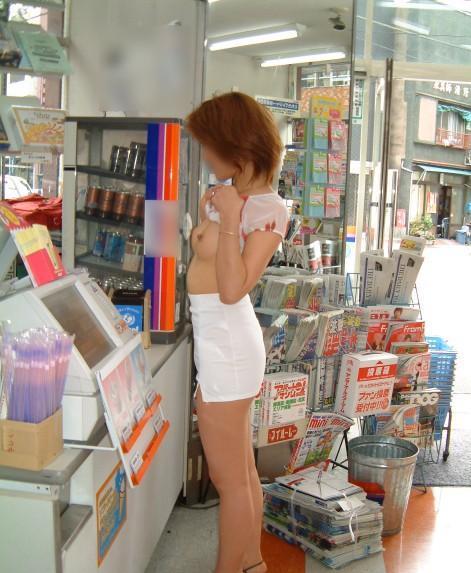 【店内露出プレイエロ画像】営業中の店内で露出プレイとか正気とは思えないww 04