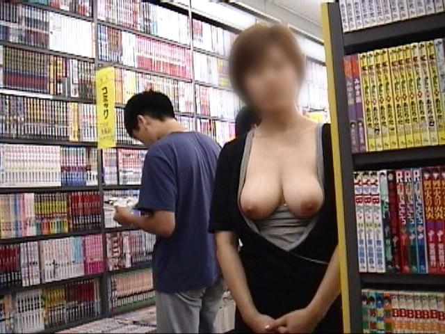 【店内露出プレイエロ画像】営業中の店内で露出プレイとか正気とは思えないww 09