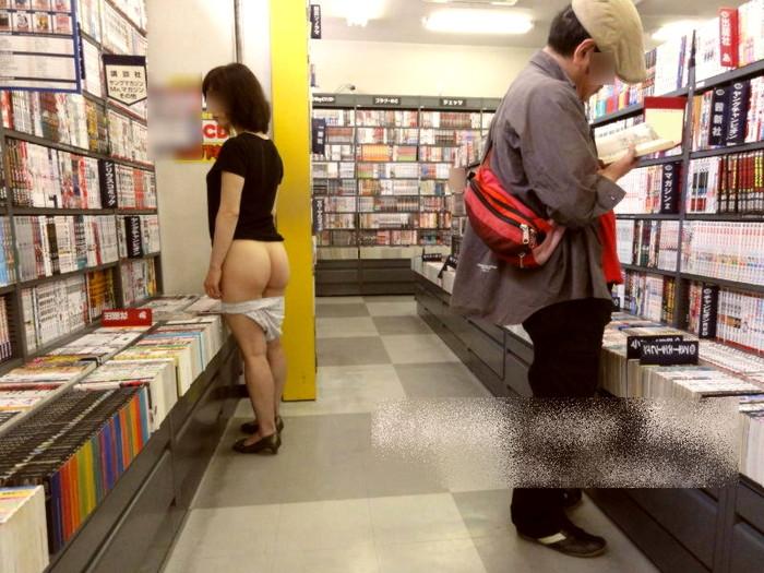 【店内露出プレイエロ画像】営業中の店内で露出プレイとか正気とは思えないww 26