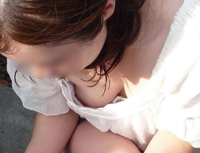 【素人胸チラエロ画像】これが素人娘たちの胸チラだ!チクビ見えてるやんけw 15
