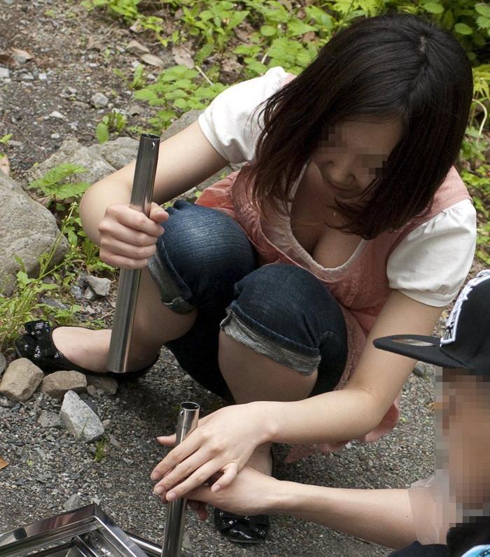【素人胸チラエロ画像】これが素人娘たちの胸チラだ!チクビ見えてるやんけw 17