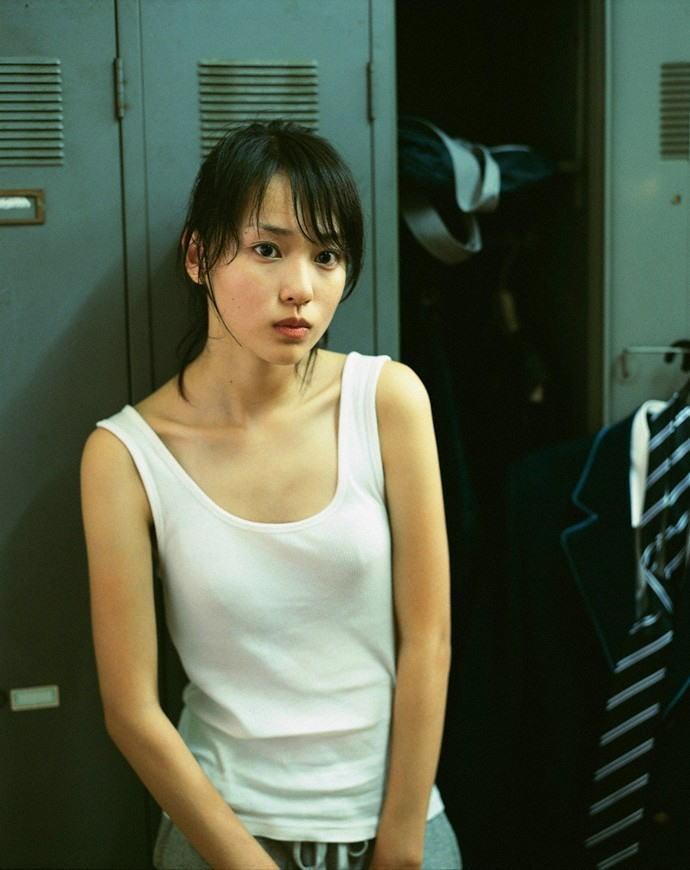 【ノーブラエロ画像】ノーブラの女の子、着衣の上に浮かび上がったチクビにフル勃起! 01