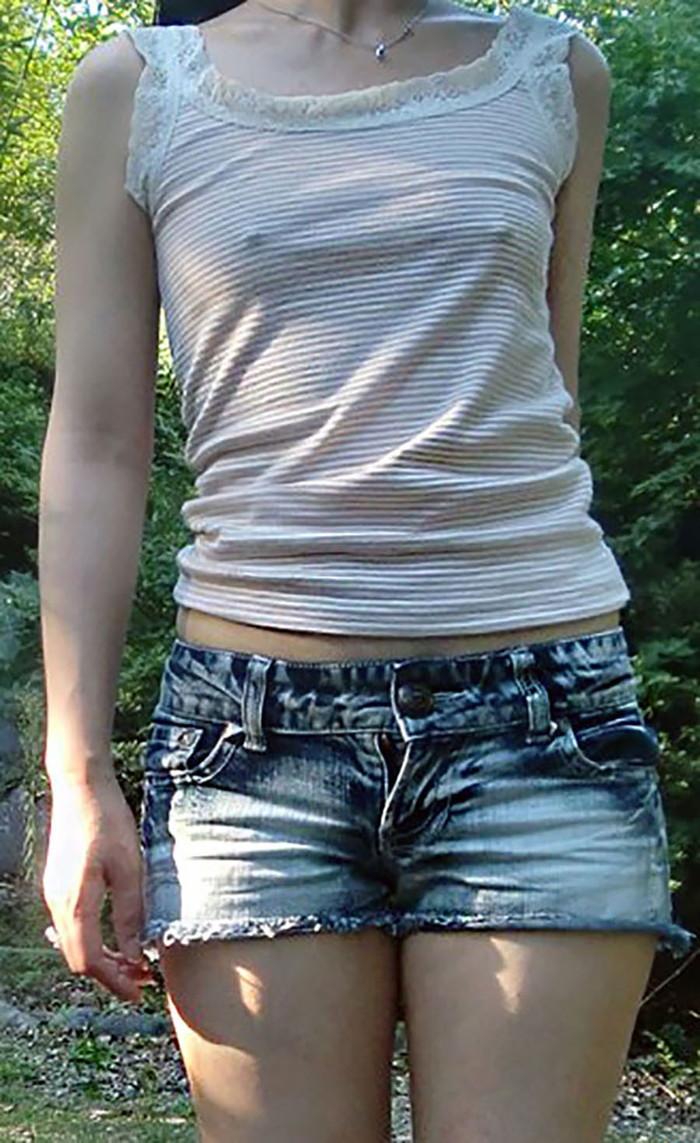 【ノーブラエロ画像】ノーブラの女の子、着衣の上に浮かび上がったチクビにフル勃起! 03