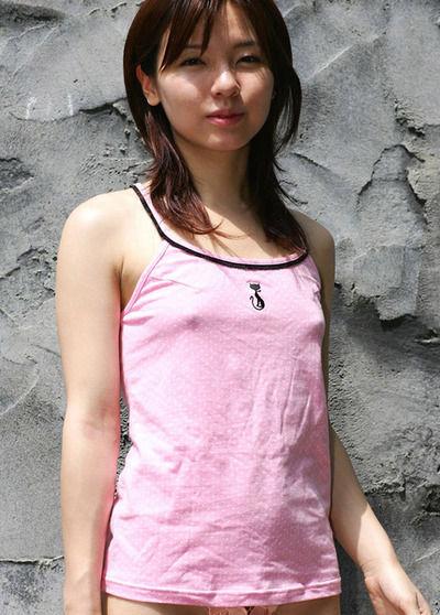 【ノーブラエロ画像】ノーブラの女の子、着衣の上に浮かび上がったチクビにフル勃起! 12