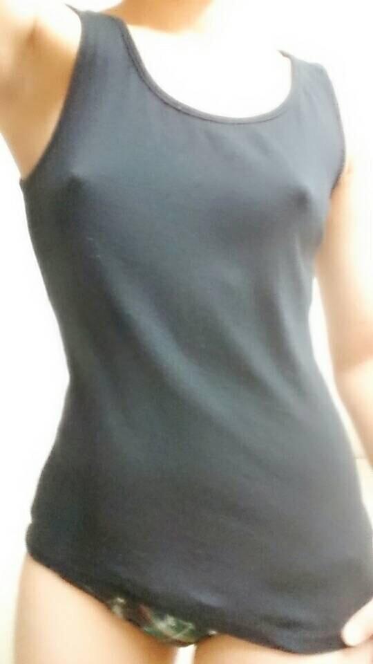 【ノーブラエロ画像】ノーブラの女の子、着衣の上に浮かび上がったチクビにフル勃起! 17