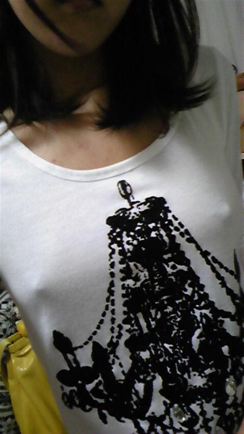 【ノーブラエロ画像】ノーブラの女の子、着衣の上に浮かび上がったチクビにフル勃起! 24