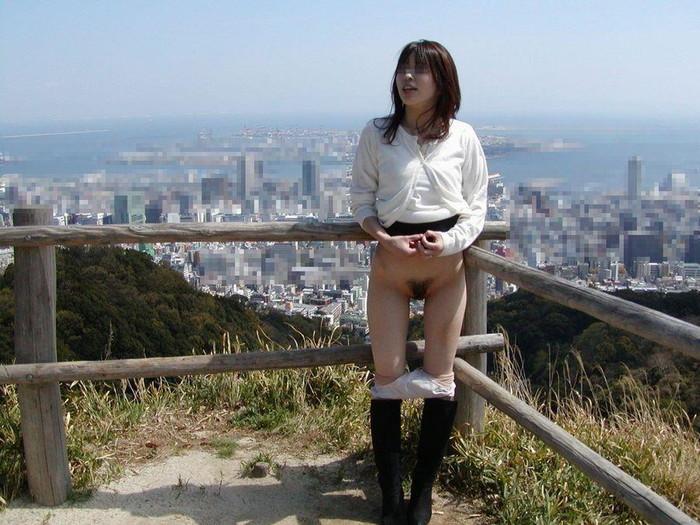 【野外露出エロ画像】暖かくなると増えてくるのがこういうバカ女!wwww 15
