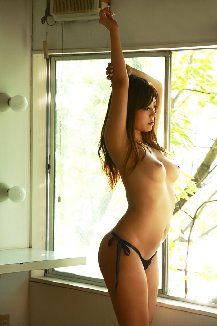 【美乳エロ画像】女性の象徴たるおっぱいはやっぱり美乳に限るだろ!?w 22