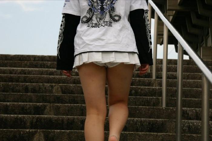 【街撮りパンチラエロ画像】街中で見かけたパンチラ女子を隠し撮りしたったww 04