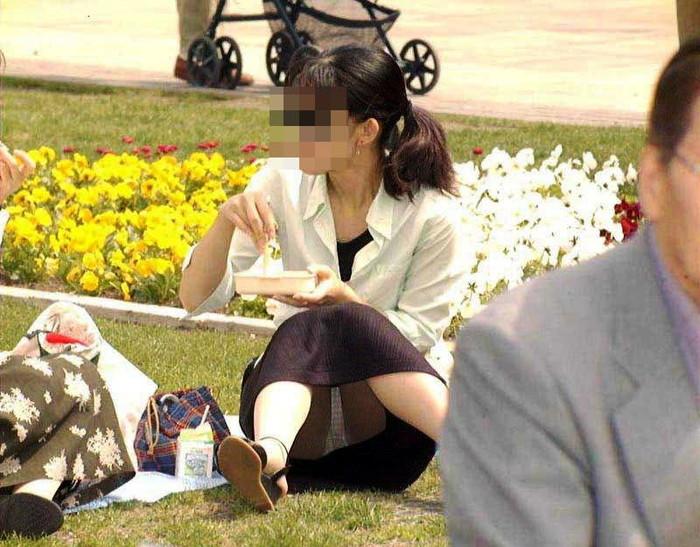 【街撮りパンチラエロ画像】街中で見かけたパンチラ女子を隠し撮りしたったww 05