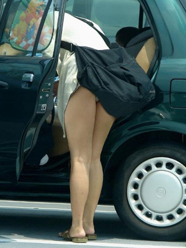 【街撮りパンチラエロ画像】街中で見かけたパンチラ女子を隠し撮りしたったww 07