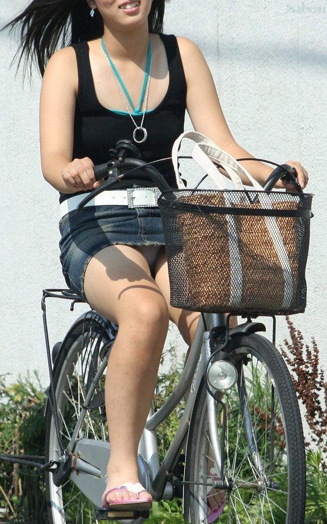 【街撮りパンチラエロ画像】街中で見かけたパンチラ女子を隠し撮りしたったww 09