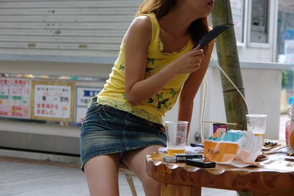 【街撮りパンチラエロ画像】街中で見かけたパンチラ女子を隠し撮りしたったww 16